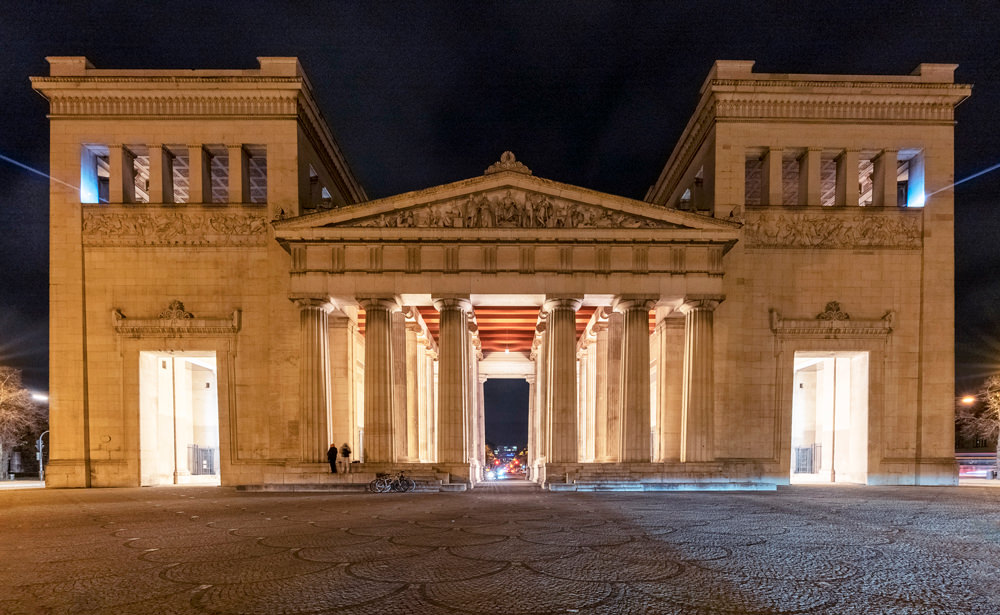 """For the light action """"Kunstareal verbindet"""" in the city of Munich recently, LEDVANCE provided the lighting solution for the installation in the Propylaeum."""